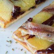 Tosta de queso y anchoas con cebolla caramelizada